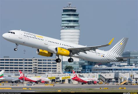 EC-MHB - Vueling Airlines Airbus A321 at Vienna
